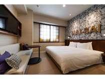 全室畳敷でキングサイズのベッドを設えた客室は広々としています
