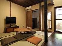 漆喰で仕上げられた純和室の居間。自炊可能な台所を併設しており、我が家のように過ごして頂けます。
