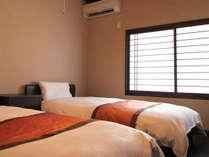 天井に小屋組が広がる寝室。柔和な風情のなか、こだわりの京寝具で心地良くお休み頂けます。