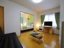 【客室】[リビング] 住むようにくつろげるジュノーの客室。食器や家電もご自由にお使いいただけます♪