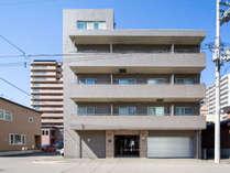 【外観】JR札幌駅南口からタクシーで10分。閑静な住宅街に立地