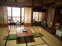 *二階海側和室(一例)*窓からは高々と裁つ松の木と、伊勢湾が一望できる風情ある和室。