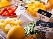 【朝食】新鮮なお野菜や果物が並びます♪