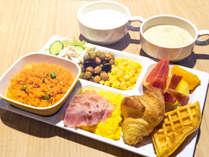 【盛り付け例】ピラフを中心にビーンズサラダやフルーツで彩り&食欲UP♪