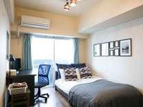 【セミダブル】寒色系カラーを基調とした落ち着いたお部屋。1名様の滞在に最適です。