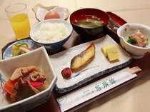 朝食膳(フルーツジュース、野菜ジュース、牛乳はフリーです)朝食内容は毎日変わります。AM7:00~9:00