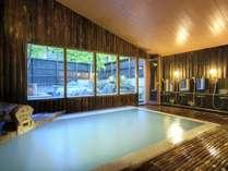 【名湯で心和む】あたたかな木造りの雰囲気が漂う大浴場。「蔵王岩の露天風呂」付き、24時間入浴可能
