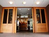 大きな扉でお出迎え。ホテル玄関前