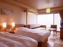 客室。奥のソファーをベッドにしてトリプル対応もできます。