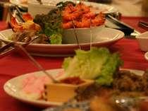 夕食バイキング。和食・洋食など、いろいろな種類を召し上がっていただけます。