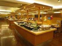夕食バイキング。和洋中約100種類の料理が並びます。