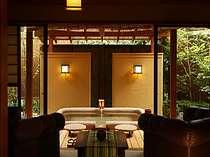 【離れ客室 瑞垣】の客室につく端正な露天風呂