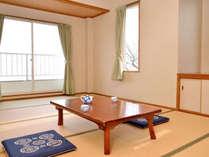 *【お部屋一例】太陽の明かりが降り注ぐ明るいお部屋。畳のお部屋でのんびりお過ごしください。