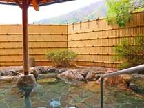 *露天風呂/男湯・四季折々の山の風景を眺められる露天風呂