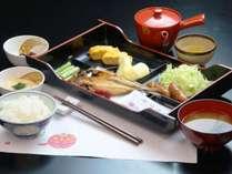 朝食一例。自慢のとろろに卵焼き、野沢菜づけなどごはんがすすむ日本の朝ごはんです♪