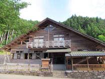 【外観】地元産のスギやヒノキを使った木造りの山荘
