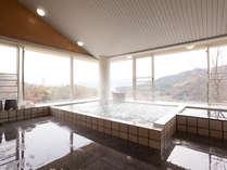 高台から淡路島の山並みを望みながら温泉にゆっくり。