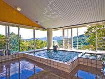 丘の上から眺める淡路島の緑が気持ちいい。晴れた日は朝風呂で朝日が見れるかも?