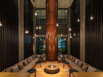 ホテルの象徴である、吹き抜けが気持ちいいラウンジ。夜は暖炉の灯りとともに、思い思いのひとときを。