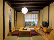 柔らかな風合いの土壁に包まれる居間。我が家のようなくつろぎを与えてくれます。