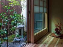 町家ならではの風情漂う坪庭。縁側に腰掛けると、穏やかな時間が流れます。