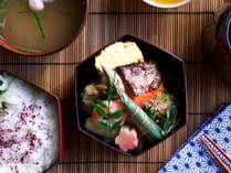 宿まで配達する京都料亭の仕出し朝食「MACHIYA弁当」は、お部屋でゆっくりとお召し上がりください。