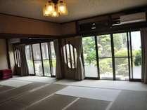 【朝食会場】お庭が見える畳のお部屋です。