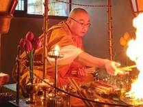 護摩祈祷 ~毎月28日はお不動さんの日で護摩祈祷を行っており、一般見学もできます~