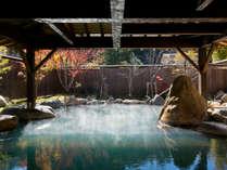 山々の紅葉が美しい秋の広々大露天風呂。濁り湯でのんびり温活