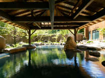 爽やかや新緑と大自然に囲まれながら入る広々大露天風呂。源泉かけ流しの名湯をごゆっくりと!