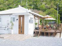 真っ白な琉球瓦の屋根が印象的な沖縄の古民家