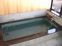 檜の壁と伊豆石、御影石造りの貸切風呂。足を伸ばしてゆっくりどうぞ