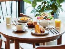 朝食はハーフブッフェ。贅沢な1日の始まりを愉しめる