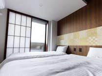 広々とお使い頂ける洋室。壁に和柄のアクセントボードをあしらい趣たっぷりです。