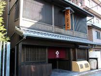 IRORI外観。京都駅から徒歩すぐの距離にありながら、辺りは静かでごゆっくりお寛ぎいただけます。