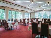 *レストラン/明るい光が差し込むレストランでお食事をご用意いたします。