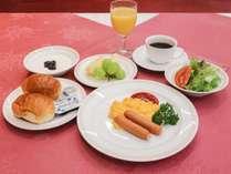 *朝食/パン・卵・ウインナーなどの洋朝食。クラシック音楽の流れるレストランにてご提供いたします。