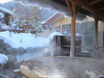 冬季ならでは雪見風呂。自家源泉で湯量&温度ともこんこんと湧き出る温泉をお愉しみください