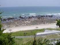 白浜中央海岸は徒歩3分、岩場もあって磯遊びも楽しめます