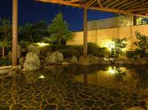【露天風呂】源泉名は新美里温泉「長寿の湯」。身体に優しいアルカリ性単純湯でお肌もツルツルに♪