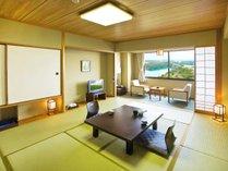 【和室】お部屋の広さは10畳です!落ち着いた雰囲気で安らぎと寛ぎを提供します♪