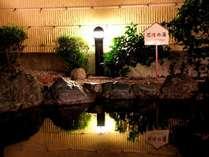 【露天風呂】夜になると露天風呂はライトアップされます♪幻想的な雰囲気もお楽しみ頂けます☆