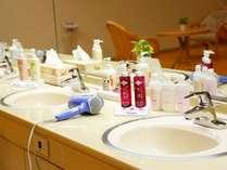 【浴室アメニティ】女湯にはメイク落とし・洗顔・化粧水・乳液等豊富に取り揃えております☆