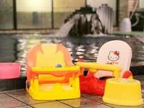 【お子様用イス】お子様用のバスグッズも揃えております♪ご自由にお使い頂き、楽しいお風呂タイムに☆