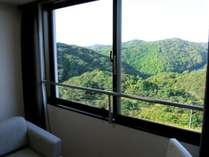 【眺望】お部屋の窓からの展望です!山側のお部屋からは緑溢れる山々がご覧いただけます♪