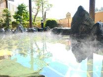 【露天風呂】天気の良い昼間には青空を見上げながら開放的な気分♪