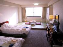 【ファミリールーム】ベッドと畳間の和洋室タイプのお部屋です!ご家族連れにはピッタリ♪
