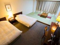 【和洋室】ベッドと畳のスペースが人気のファミリールーム!お子様連れや3世代でのご利用におすすめです。