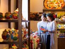 【志摩スペイン村イメージ】色鮮やかな食器が並ぶ「陶器工房カンタロ」ついつい手に取ってしまいます。