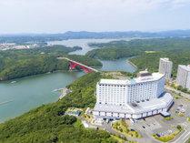 【ホテル外観】志摩スペイン村からお車で約5分♪的矢湾大橋を渡ったすぐそばにある白いホテルです♪